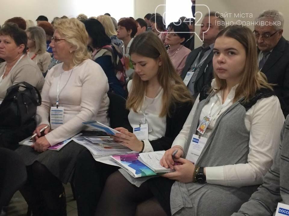 Від авторитарної педагогіки до демократичної. У Франківську обговорюють освітні зміни та методи їх запровадження. ФОТО, фото-3