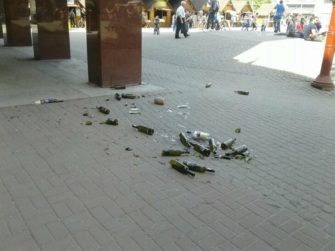 Святкування не задались. На Вічевому майдані купа розбитих пляшок. ФОТО, фото-1