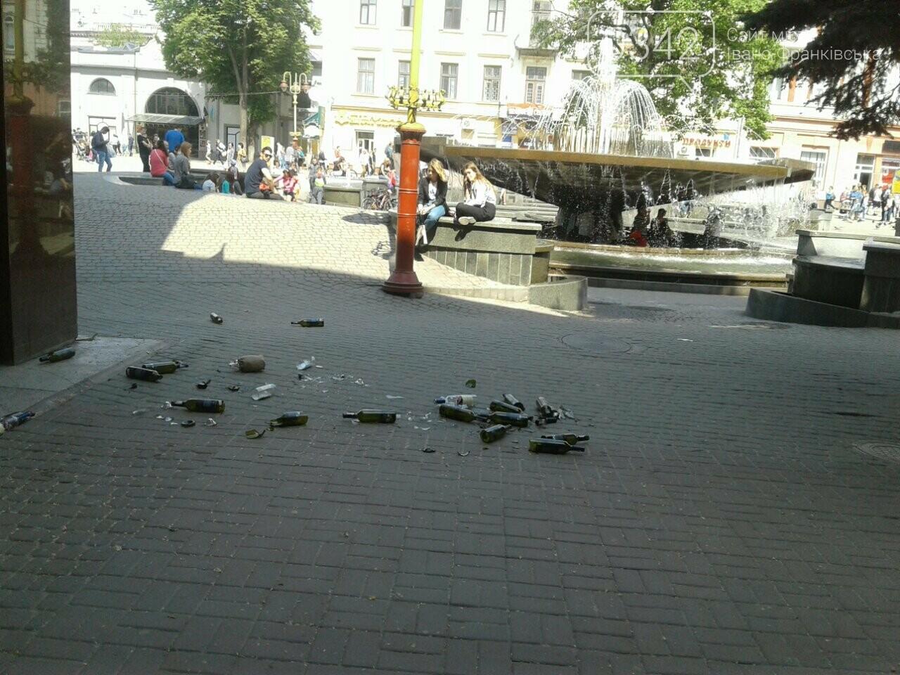 Святкування не задались. На Вічевому майдані купа розбитих пляшок. ФОТО, фото-3