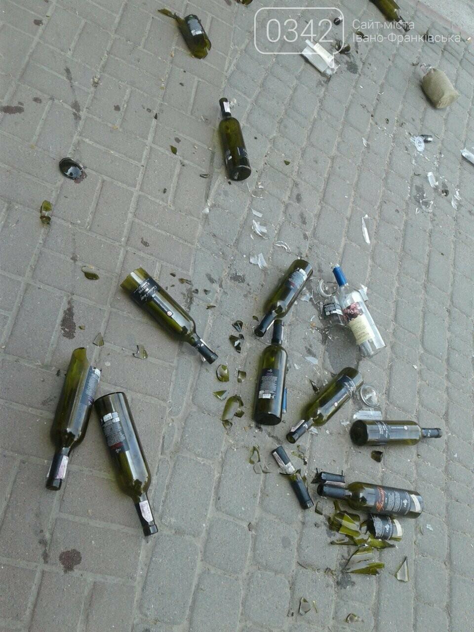 Святкування не задались. На Вічевому майдані купа розбитих пляшок. ФОТО, фото-4