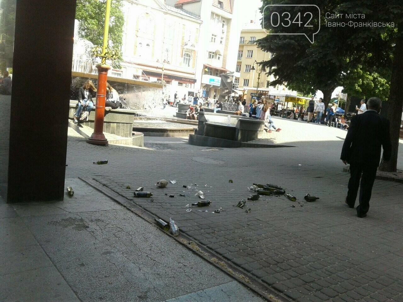 Святкування не задались. На Вічевому майдані купа розбитих пляшок. ФОТО, фото-2
