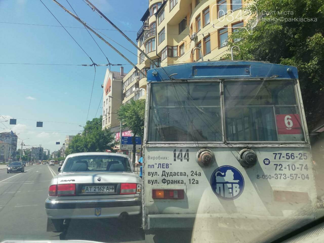 Тролейбус і легковик не роз'їхалися у середмісті Франківська. ФОТО, фото-2