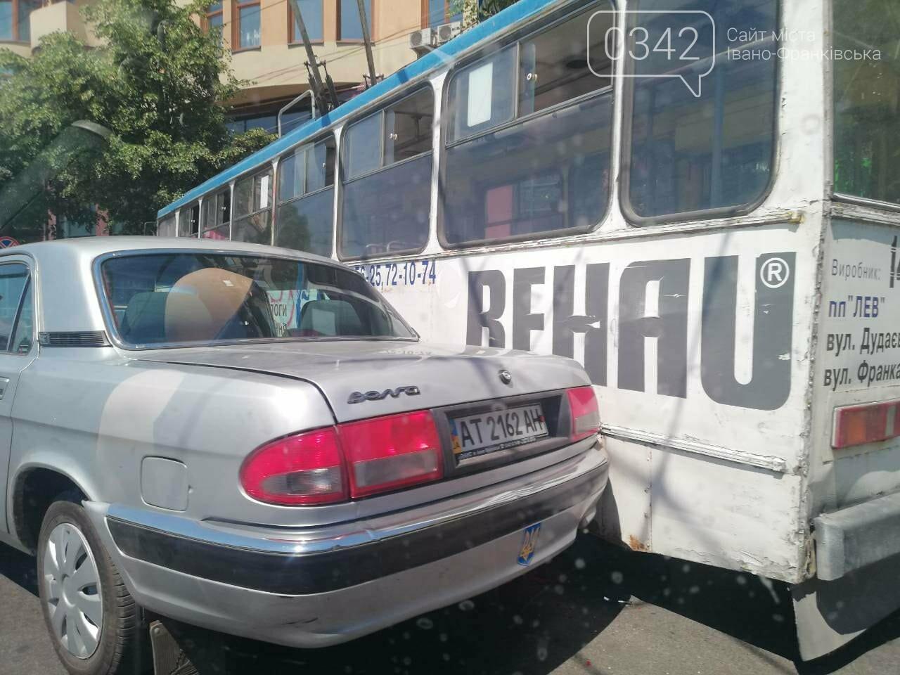 Тролейбус і легковик не роз'їхалися у середмісті Франківська. ФОТО, фото-3