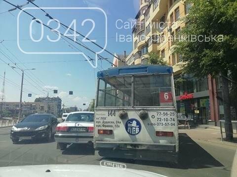 Тролейбус і легковик не роз'їхалися у середмісті Франківська. ФОТО, фото-1