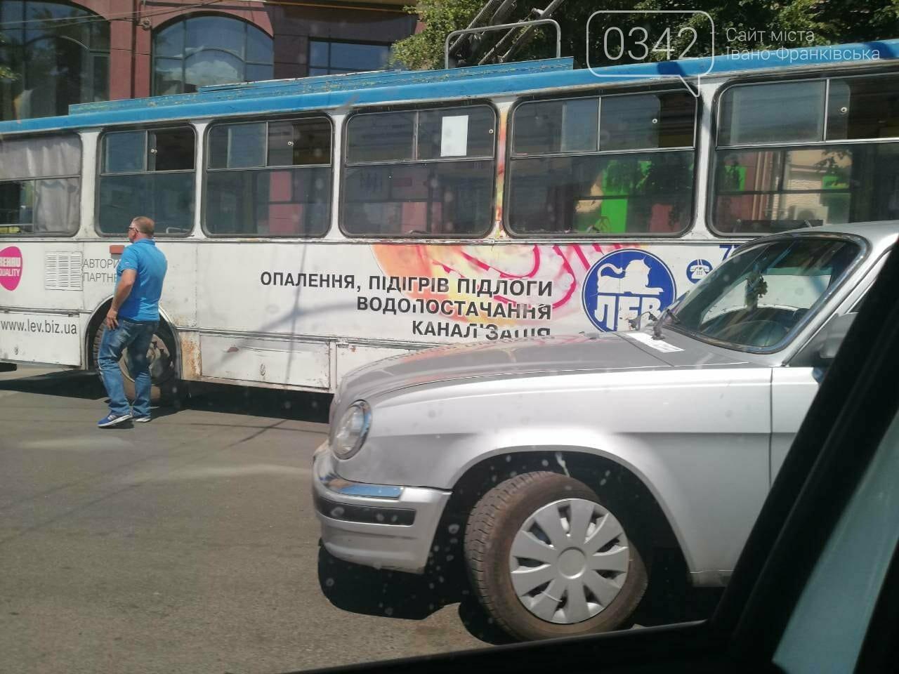 Тролейбус і легковик не роз'їхалися у середмісті Франківська. ФОТО, фото-4