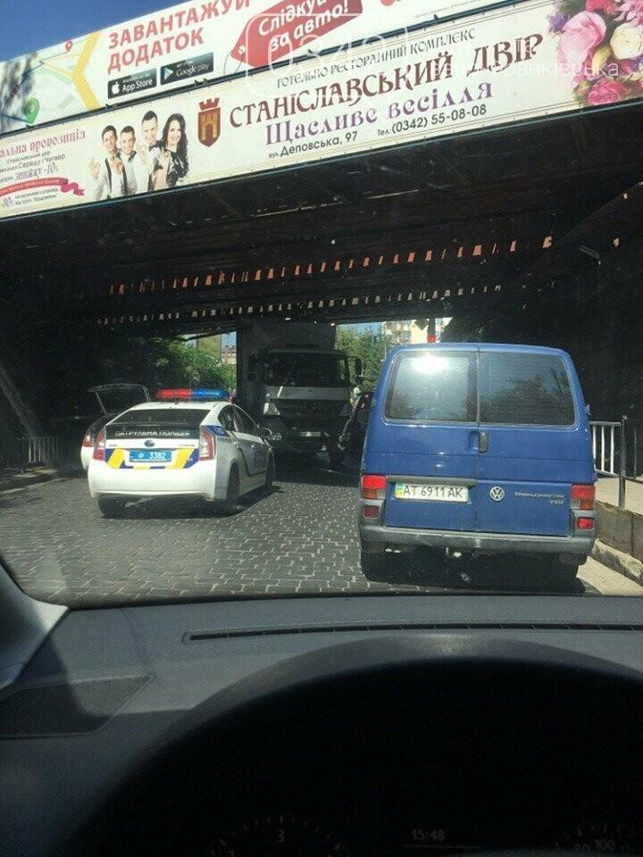 Дві години у Франківську визволяли фуру, яка застрягла під залізничним мостом (фото), фото-2
