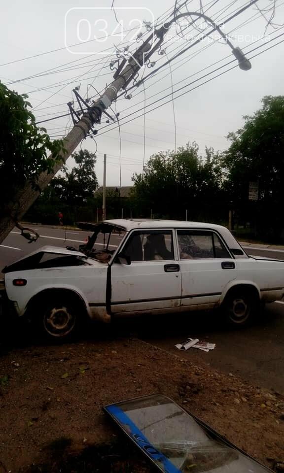 """У Калуші """"ВАЗ"""" не розминувся з електроопорою (фото), фото-2"""