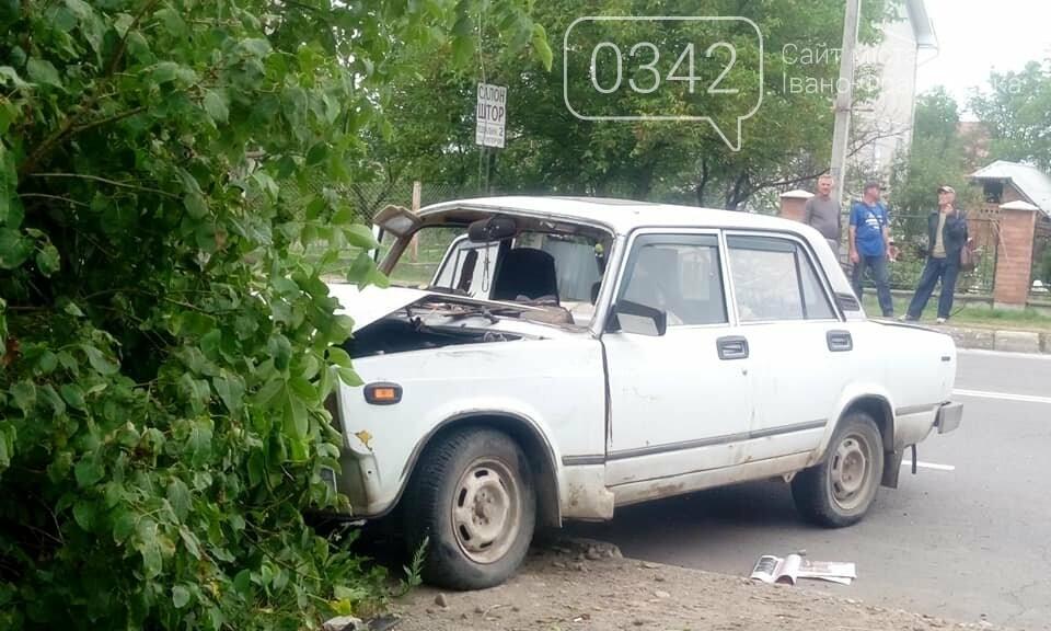 """У Калуші """"ВАЗ"""" не розминувся з електроопорою (фото), фото-4"""