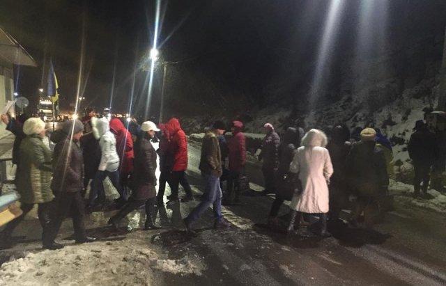 На Закарпатті бюджетники блокували трасу Київ-Чоп. ФОТО, ВІДЕО, фото-5