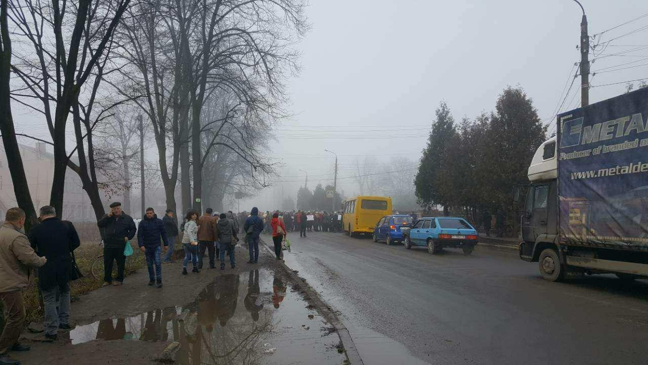 На Прикарпатті медики перекрили дорогу, вимагаючи зароблених грошей. ФОТО, фото-4