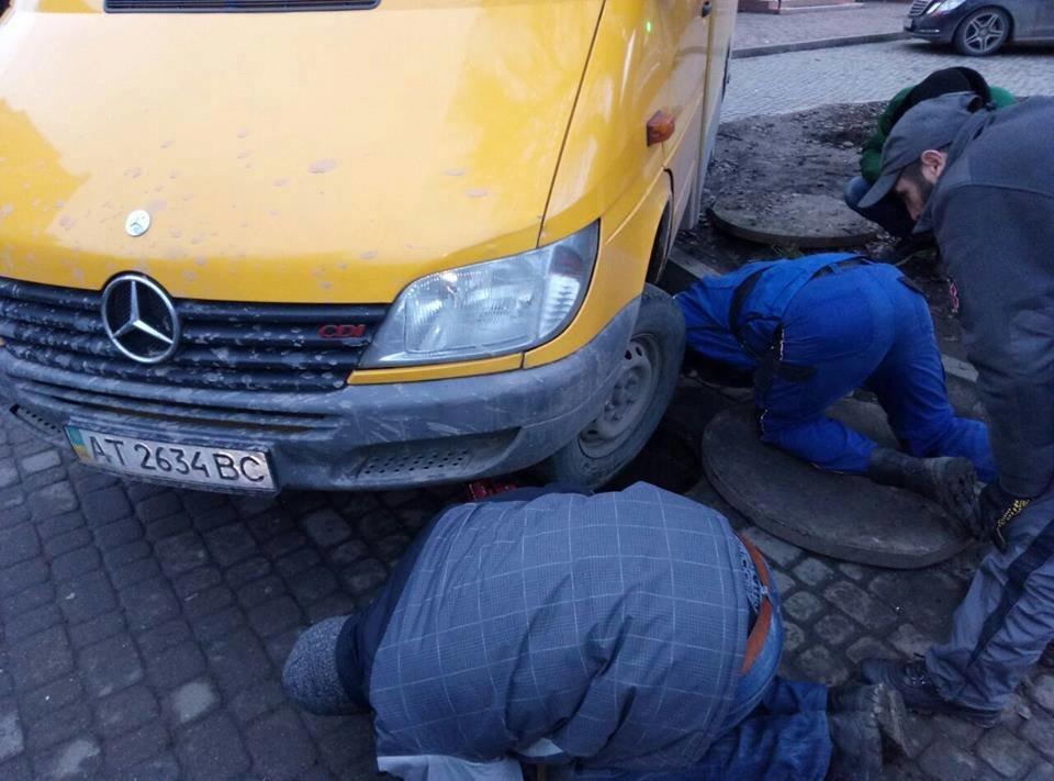 """У Франківську мікроватобус """"сів"""" колесом у відкритий люк. ФОТО, фото-1"""