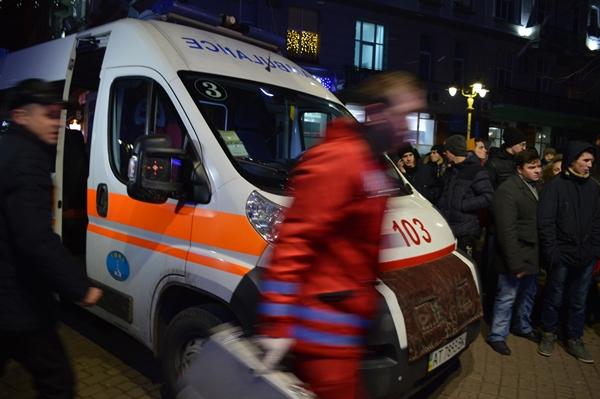 Під час запалення ялинки у Франківську у дівчину влучила петарда. ФОТО, фото-2