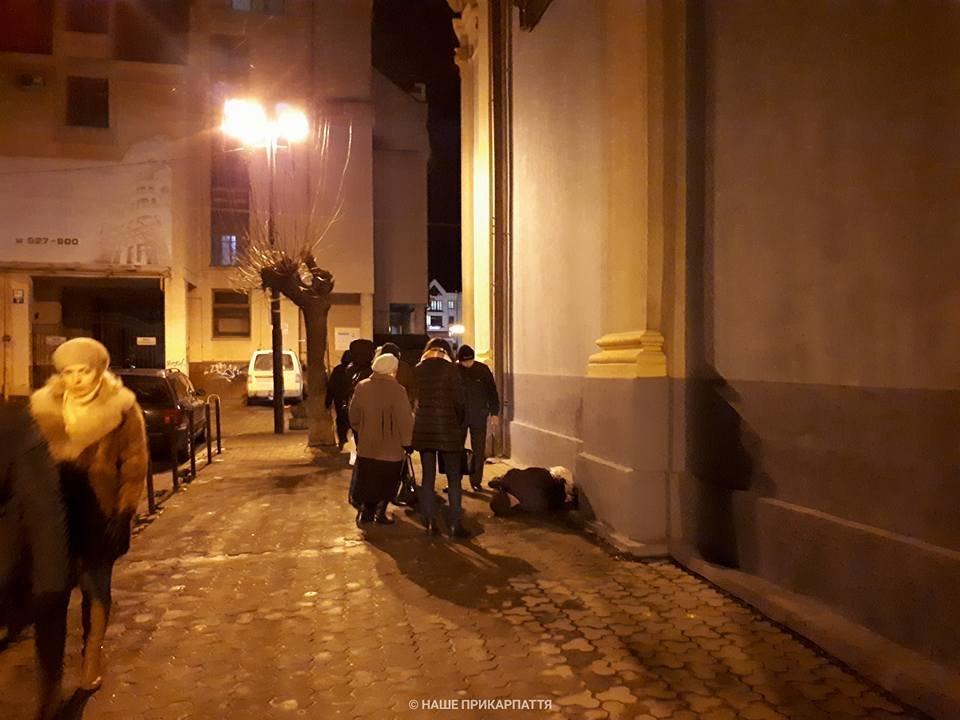 В центрі Франківська чоловіку стало зле. Медики розшукують родичів. ФОТО, фото-1