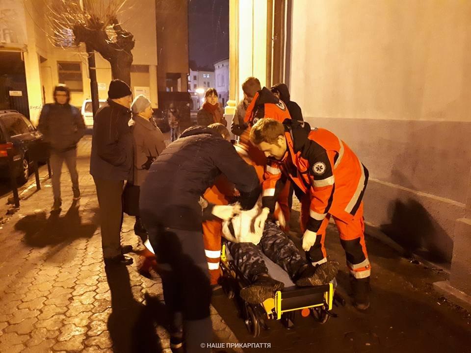 В центрі Франківська чоловіку стало зле. Медики розшукують родичів. ФОТО, фото-3