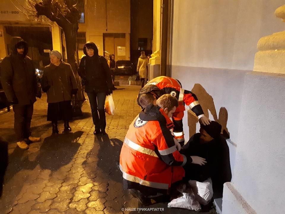 В центрі Франківська чоловіку стало зле. Медики розшукують родичів. ФОТО, фото-5