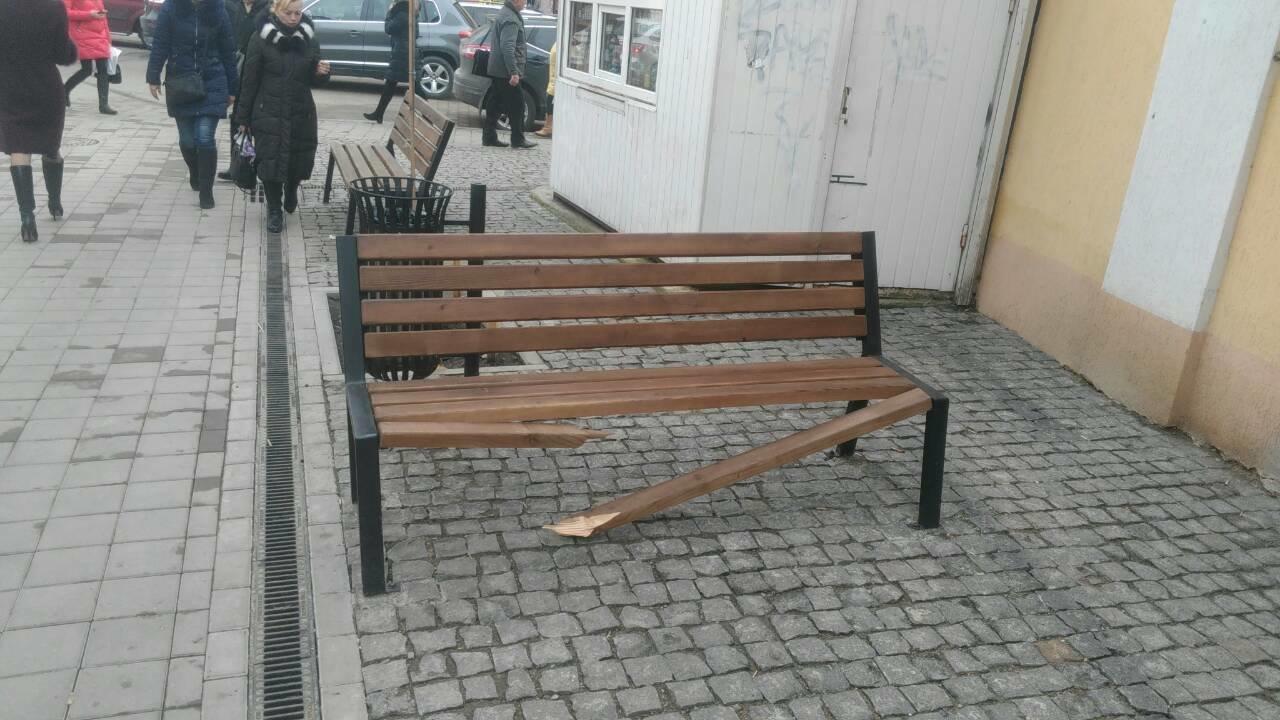 В середмісті Франківська зламали лавку. ФОТО, фото-1