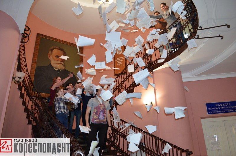 Франківські студенти-медики провели флешмоб на завершення навчального року. ФОТО, фото-2