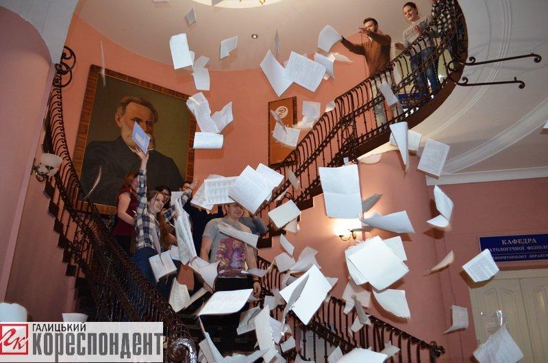 Франківські студенти-медики провели флешмоб на завершення навчального року. ФОТО, фото-3