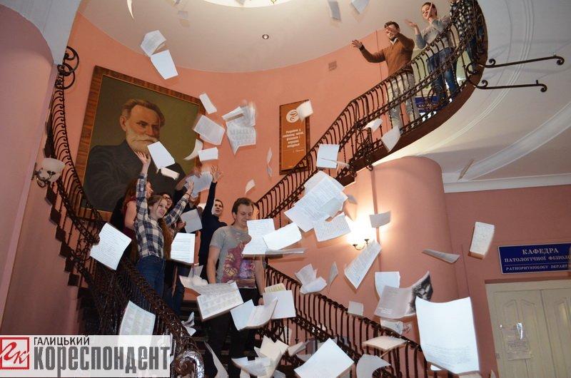 Франківські студенти-медики провели флешмоб на завершення навчального року. ФОТО, фото-4