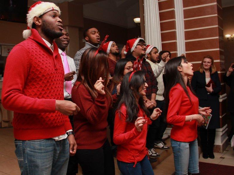 Студенти-іноземці медунівевситету колядками привітали колектив зі святами. ФОТО, фото-3