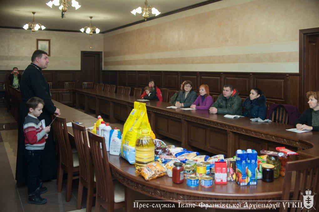 На Прикарпатті переселенці отримали допомогу від церкви. ФОТО, фото-2