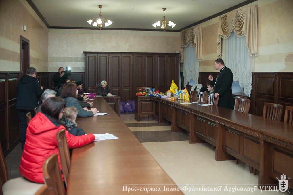 На Прикарпатті переселенці отримали допомогу від церкви. ФОТО, фото-1