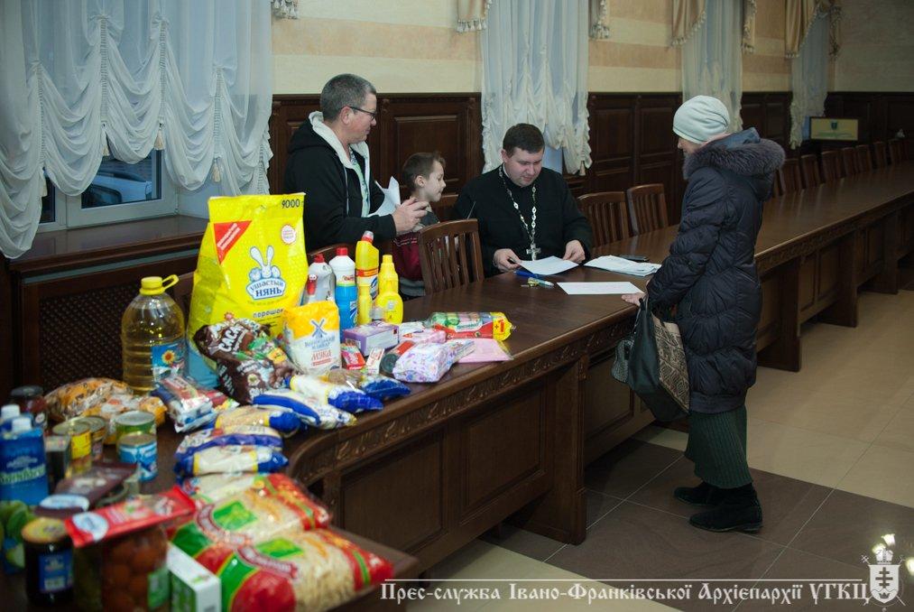 На Прикарпатті переселенці отримали допомогу від церкви. ФОТО, фото-3