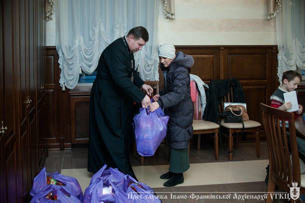 На Прикарпатті переселенці отримали допомогу від церкви. ФОТО, фото-4