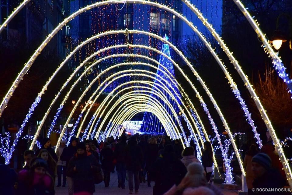 Наче тисячі зірок - в Івано-Франківську засяяла нова новорічна арка. ФОТО, фото-1