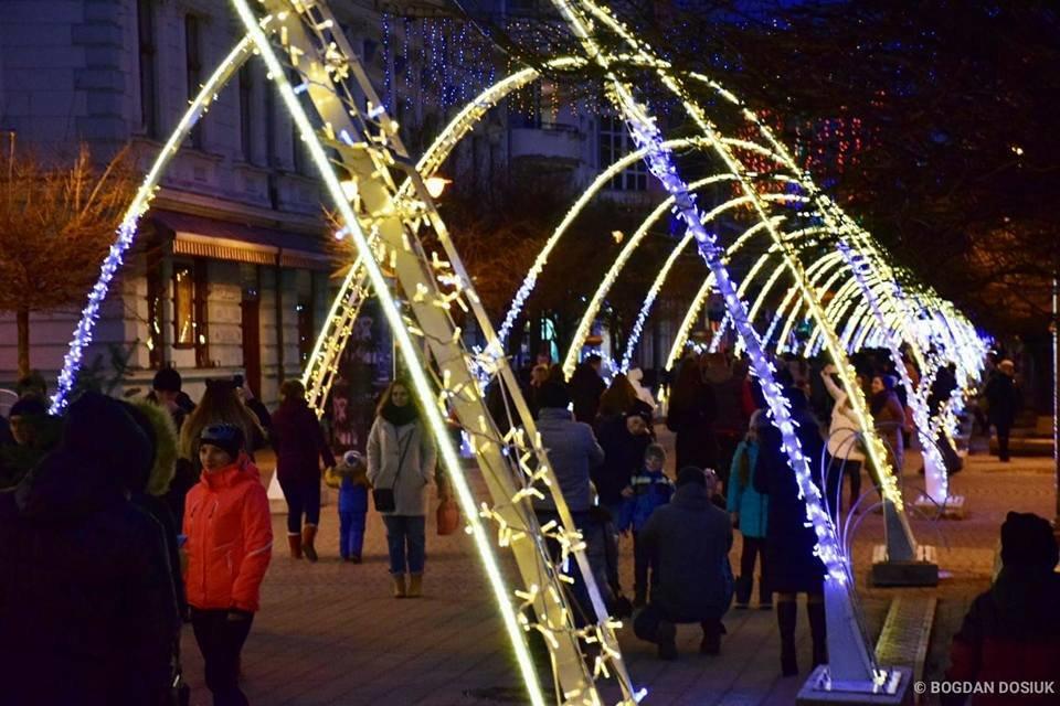 Наче тисячі зірок - в Івано-Франківську засяяла нова новорічна арка. ФОТО, фото-2
