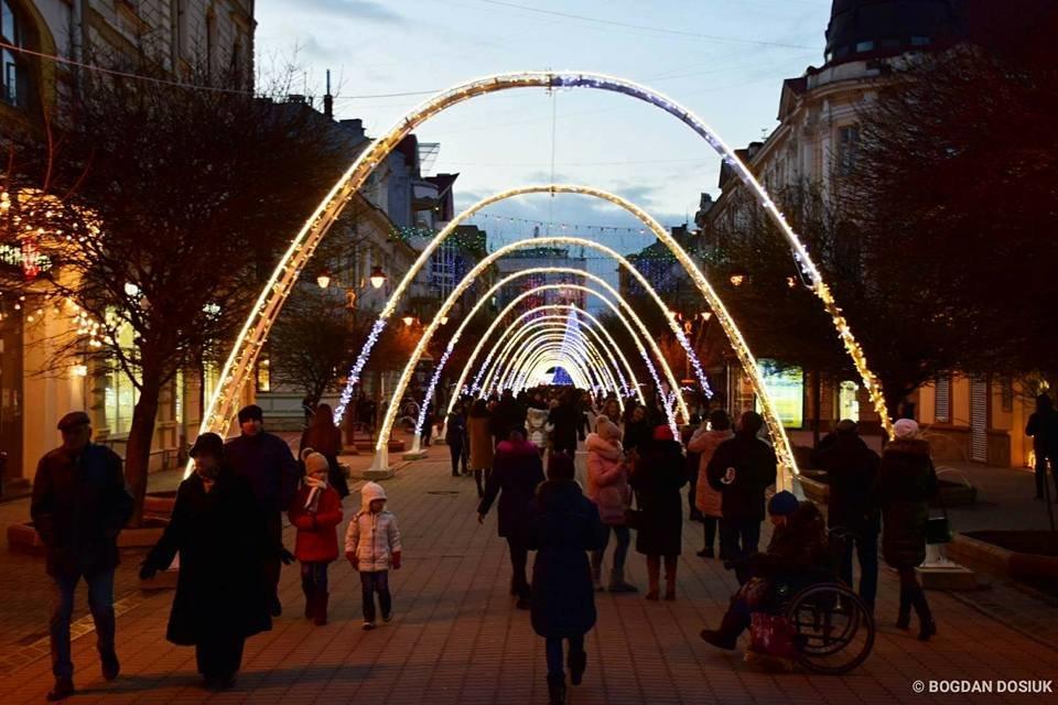 Наче тисячі зірок - в Івано-Франківську засяяла нова новорічна арка. ФОТО, фото-3