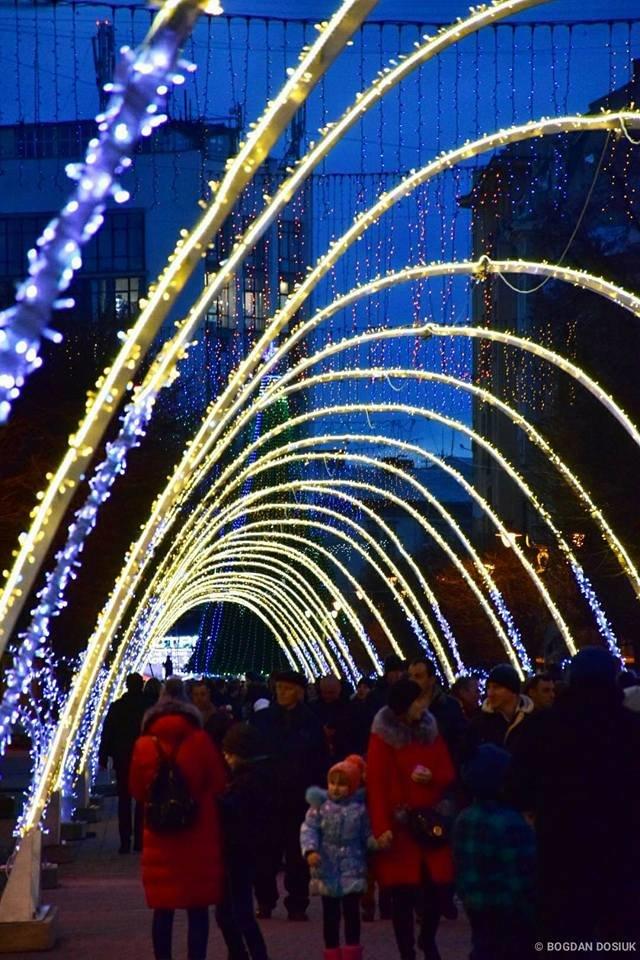 Наче тисячі зірок - в Івано-Франківську засяяла нова новорічна арка. ФОТО, фото-4