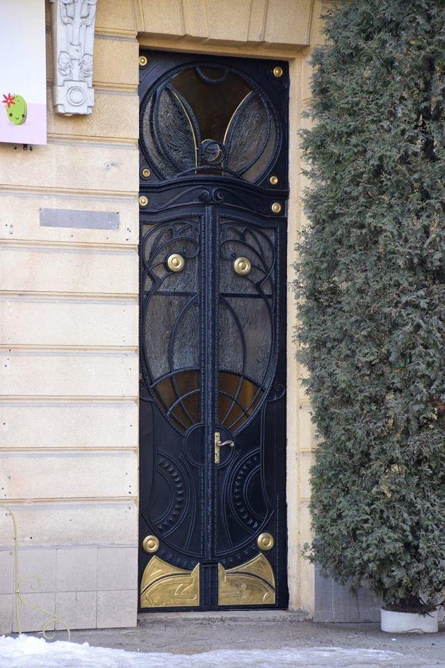 Активісти поновили старовинні двері по вулиці Грушевського. ФОТО, фото-2