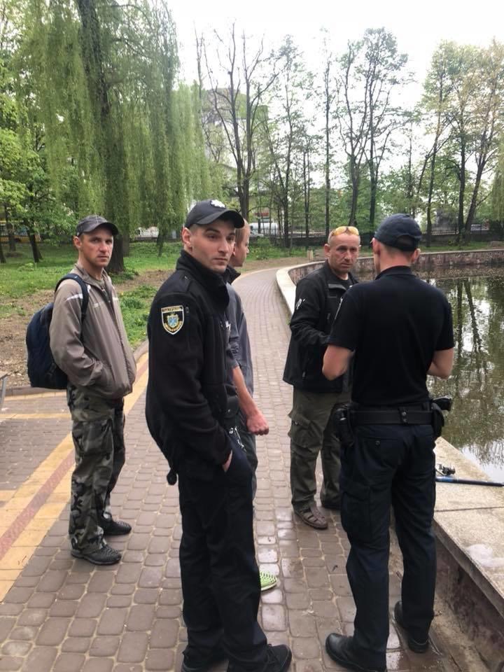 У Франківську затримали браконьєрів, які ловили рибу в міському озері. ФОТО, фото-2