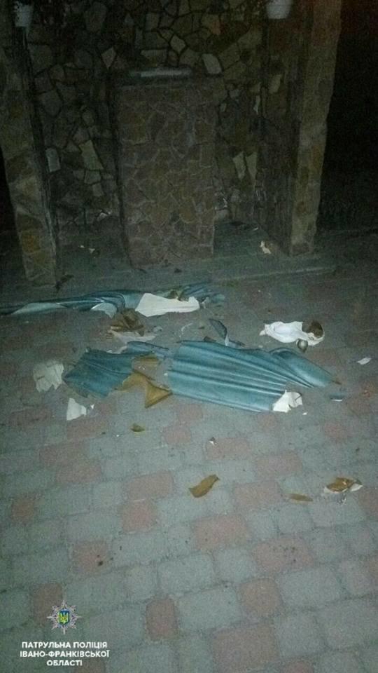 Алкоголь проти релігії: п'яний хлопець понищив церковне майно. ФОТО                          , фото-2