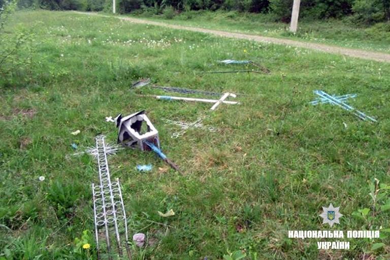 П'яний прикарпатець понищив могили. ФОТО, фото-3