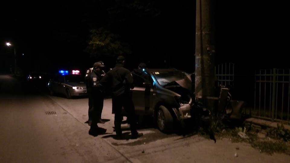 Придрімав. Уночі біля Франківська авто в'їхало в електроопору. ФОТО, фото-1