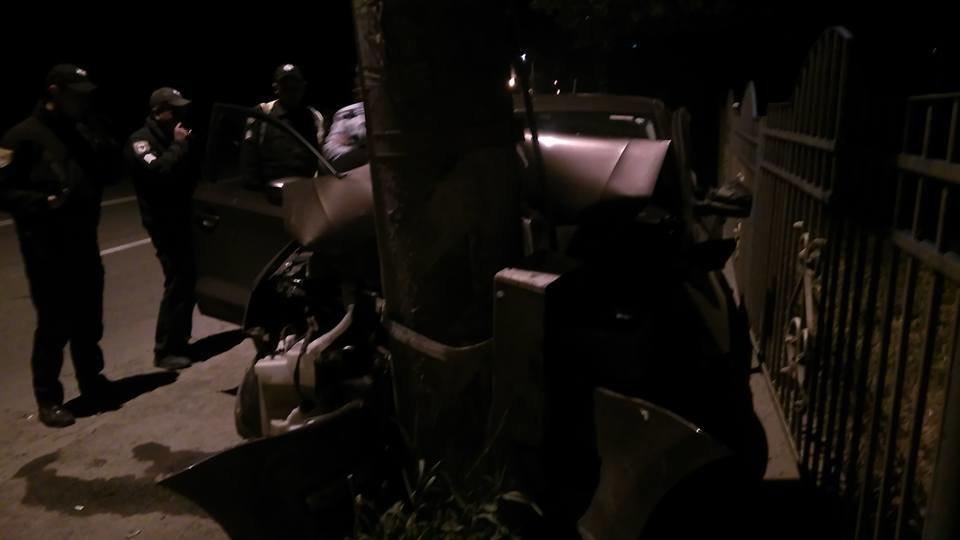 Придрімав. Уночі біля Франківська авто в'їхало в електроопору. ФОТО, фото-2