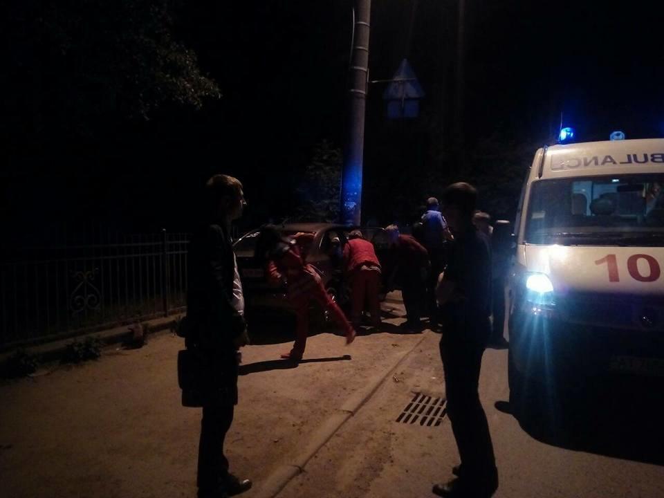 Придрімав. Уночі біля Франківська авто в'їхало в електроопору. ФОТО, фото-6