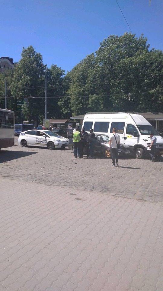 «Лексус» і калуська маршрутка. ДТП на Франківському вокзалі. ФОТО, фото-3