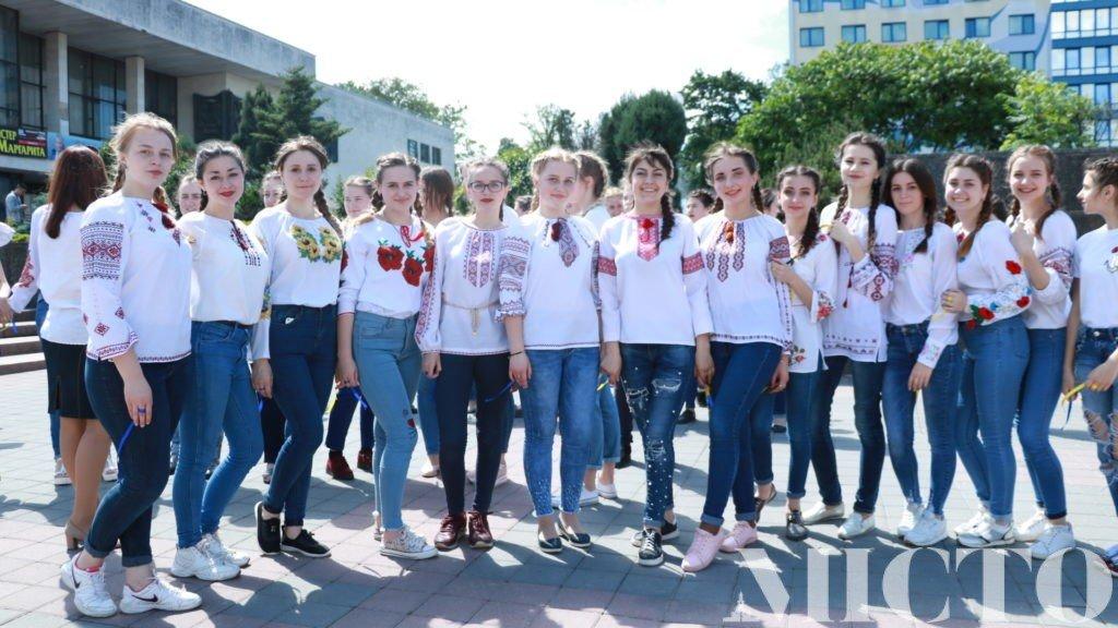 Франківськ у вишиванках: танець студентів і одягнений пам'ятник. ФОТО, фото-3