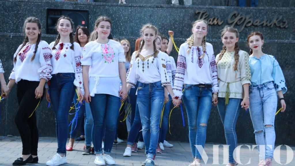 Франківськ у вишиванках: танець студентів і одягнений пам'ятник. ФОТО, фото-4