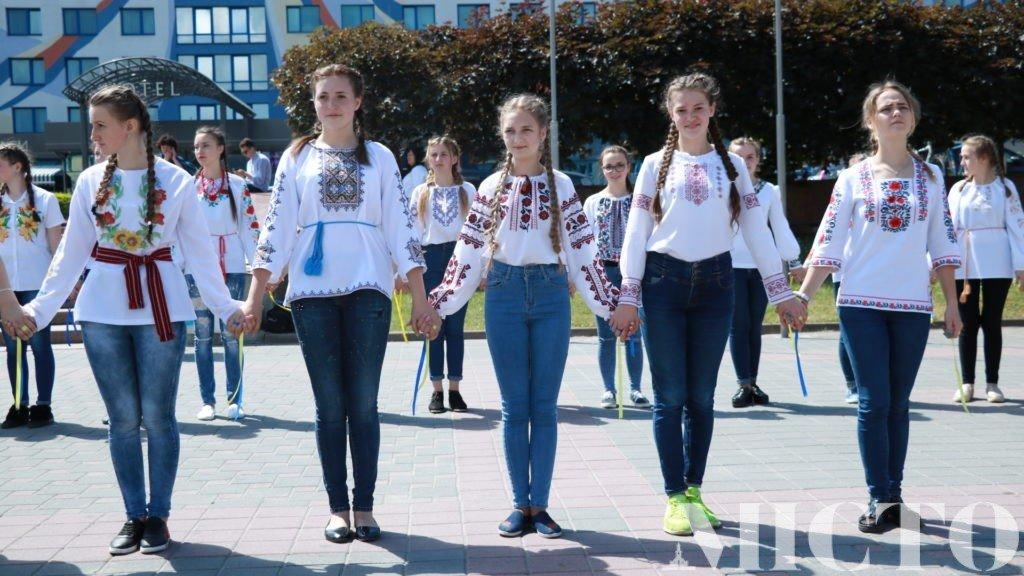 Франківськ у вишиванках: танець студентів і одягнений пам'ятник. ФОТО, фото-5