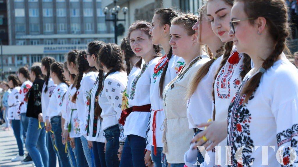Франківськ у вишиванках: танець студентів і одягнений пам'ятник. ФОТО, фото-6