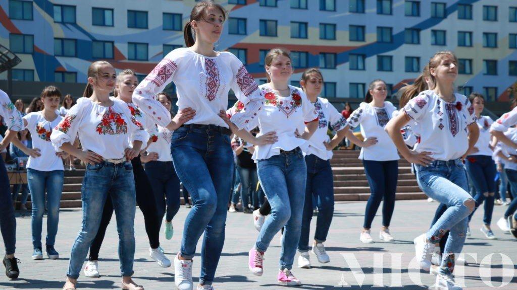 Франківськ у вишиванках: танець студентів і одягнений пам'ятник. ФОТО, фото-8