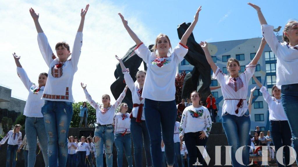 Франківськ у вишиванках: танець студентів і одягнений пам'ятник. ФОТО, фото-7