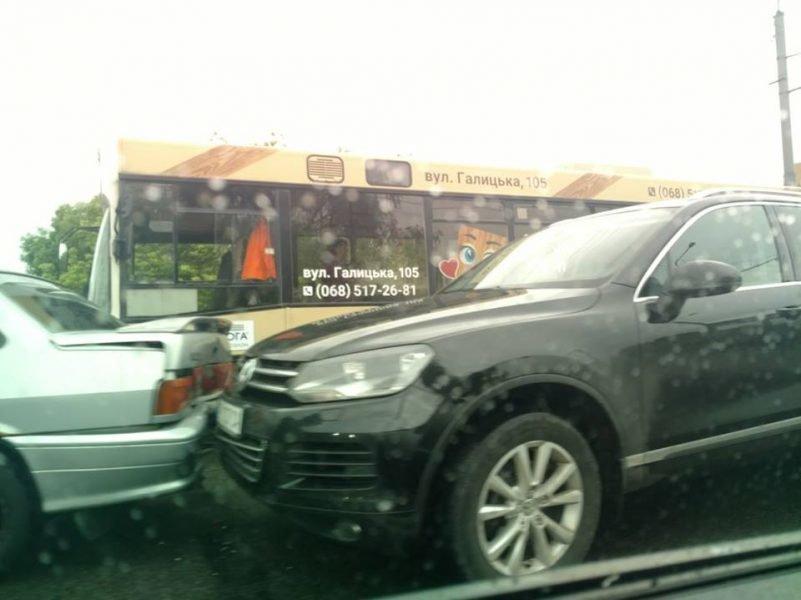 П'ять машин: на Пасічній сталася ДТП, винуватець втік, фото-1