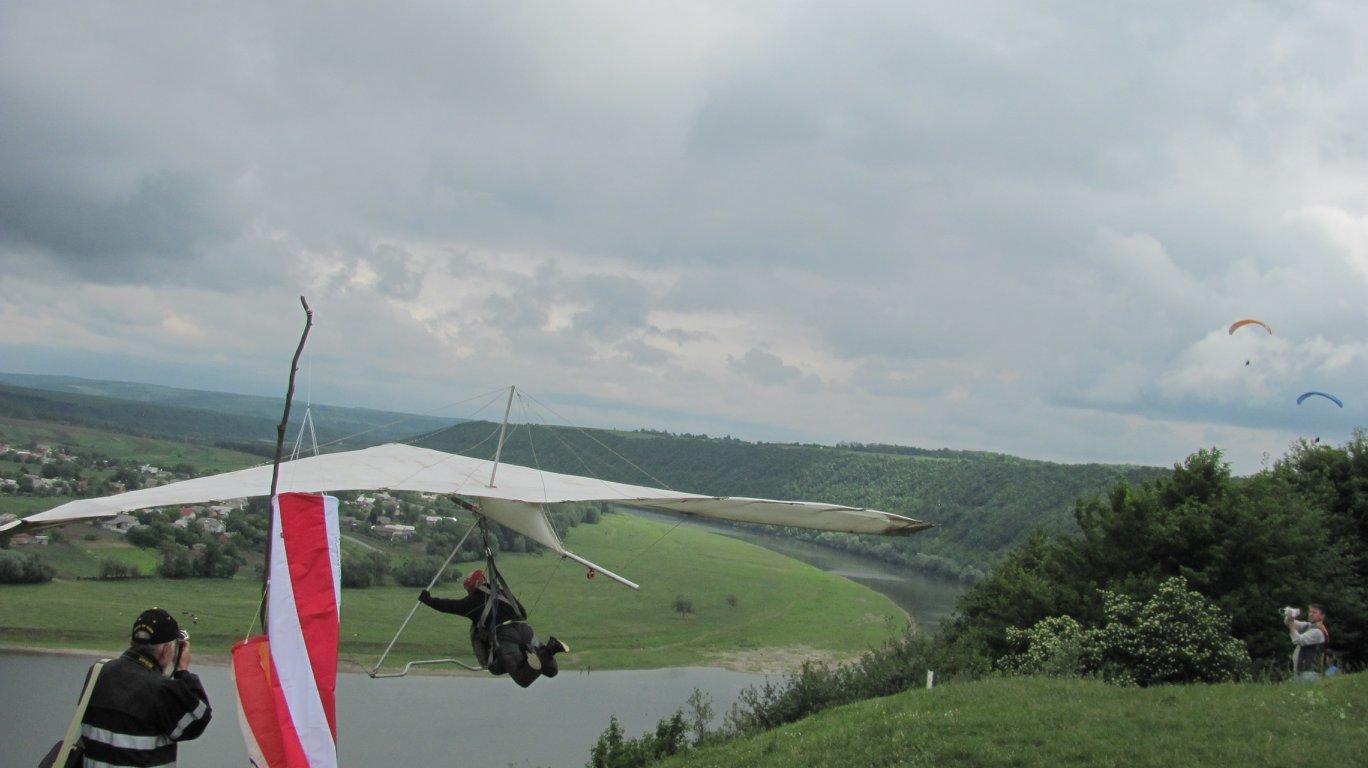 """На Прикарпатті парапланеристи """"розігнали хмари"""" над Дністром. ФОТО, фото-2"""