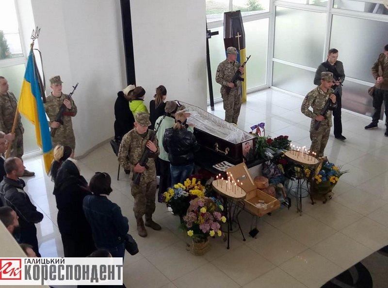 Герой із кулею в серці. Франківськ прощається із загиблим на війні Сергієм Гундером. ФОТО, фото-3