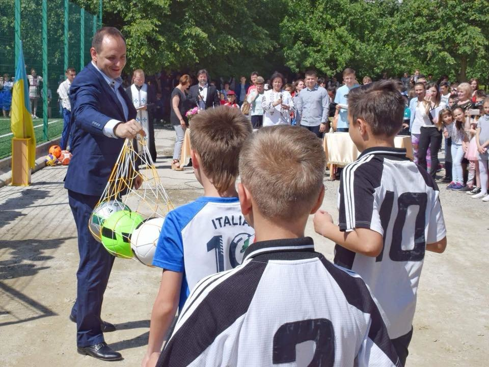 До штучного покриття - м'ячі з автографами футболістів. Спортивний майданчик відкрили у Франківську. ФОТО, фото-1
